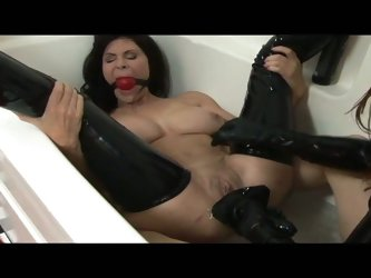 Pussy is fucked in the tub by babe