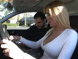 Big boobed stupid blonde can't drive, but can fuck