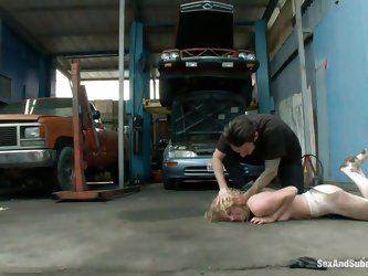 Stupid whore messed up with the wrong mechanic and now he teaches her a lesson about respect. The guy puts her face on the concrete and makes her craw