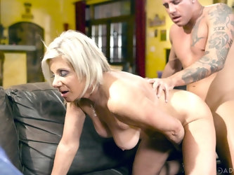 Mature pornstar Payton Hall enjoys getting her pussy fucked