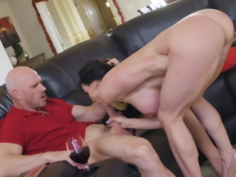 Splendid brunette MILF Kendra Lust forgets about turkey and it burns. Upset woman orders a pizza. Delivery guy brings it and she finds no pepperoni th