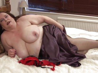 Debbie is a chubby mature lady and her lust for masturbation does not decrease a bit with her increasing age. This slutty brunette is spreading her le
