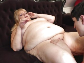 Leona is chubby mature lady with her huge ass and big boobs. This bitch has got a opportunity to play with a young guy and she is fully utilizing it.