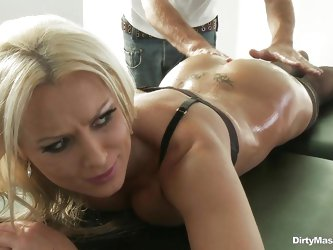 When this hot blonde MILF walked into the massage room, sex was the furthest thing from her mind. problem is that masseuse can get an enormous amount